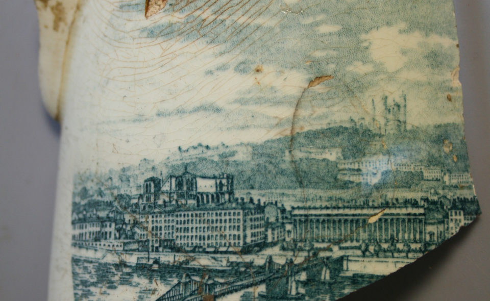Une vue de Lyon au début du XXe siècle sur un pichet en faïence fine, fouilles archéologiques réalisées pour le projet urbain Grand Parilly Lyon Vénissieux. © Alban Horry, Inrap